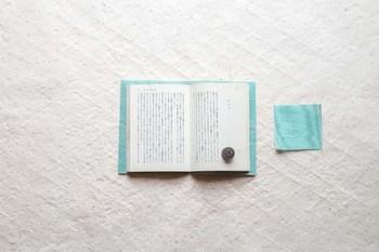 本当に薄くて軽い素材で、本を読むときに邪魔になりません。日本の伝統的な素材である畳縁を生かしつつ、モダンでスタイリッシュなデザインなのも素敵ですよね。