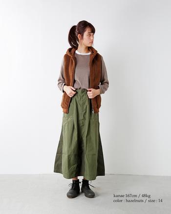 ボアベストだとそこまでボリュームが出ないので、ふんわり系のスカートやワイドパンツなども合わせやすいですよ。秋ならこんなアースカラーコーデを楽しんでもいいですね♪