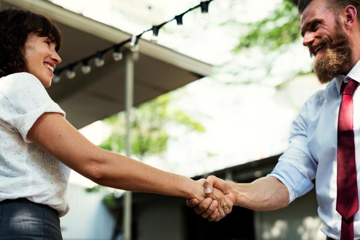 そして握手する際は、視線をあわせてほほ笑むことが大事です。微笑みは「敵意がない」ことを表し、視線を合わせることは「隠し事をしていない、誠実である」事を表しています。