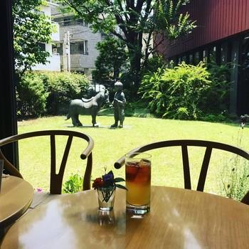 """ちひろさんの愛した草花や樹木が植えられたお庭を眺めながら、「絵本カフェ」でカフェタイムはいかがでしょう?ちひろさんの大好きだった""""いちごババロア""""や、軽食もありますよ。"""