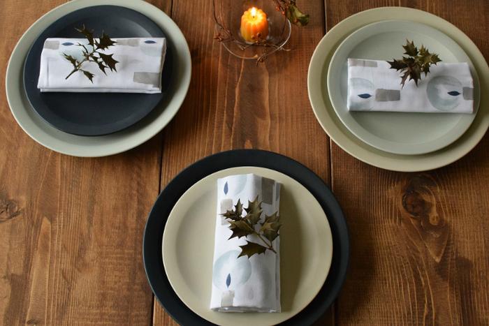 こちらは美濃焼のシンプルなプレート。「コバルト」「アイボリー」「ペールブルー」の3色はどれもナチュラルで、合わせる食材を選びません。サイズの違うプレートを重ねあわせて「色の掛け算」を楽しむのもおしゃれ。