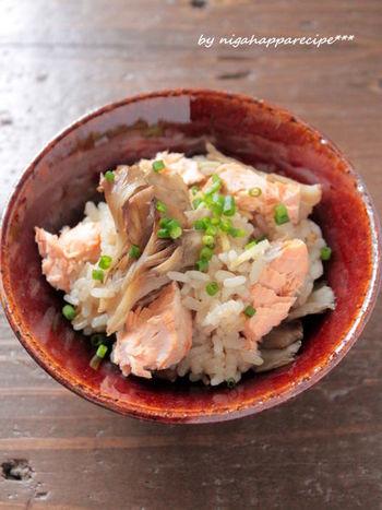 味も栄養も豊かで、色合いも美しい秋鮭と、季節のまいたけをふんだんに使った炊き込みご飯。秋鮭もまいたけも香ばしく焼いてから炊き込みます。贅沢な季節の香りを召し上がれ。