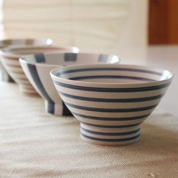 江戸時代の商人や庶民が愛用した「くらわんか碗」は、船上などで使っても倒れにくいように考えられた、幅広く重めの高台が特徴。長崎の「波佐見焼」のものが代表的です。安定感のあるカタチは、子供の「初めてのお茶碗」にもよさそうですね。
