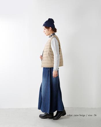ダウンベスト×スカートのコーディネートはふんわり優しく見える、女子の特権コーデ。ロングスカートなら大人っぽさもキープできます。