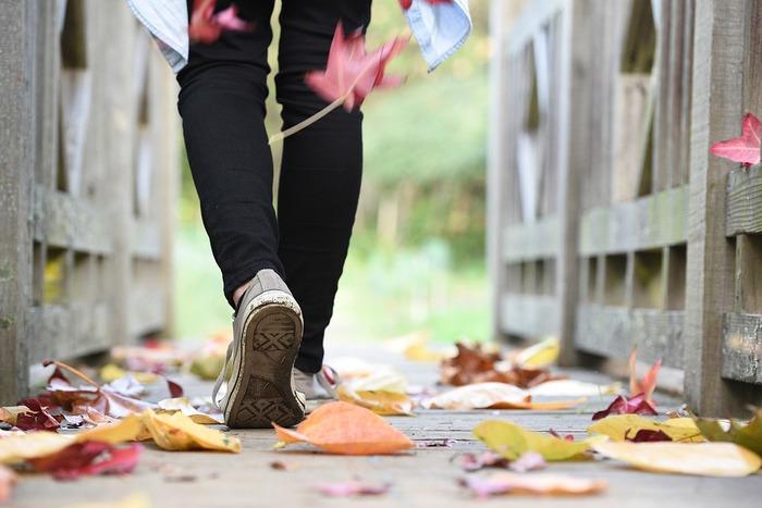 運動というとトレーニングジムでの筋トレなど思い浮かべますよね。しかし、健康面からいう適度な運動というのは日常の生活の中でできる運動のことです。毎日60分ほどの運動が心身の健康に望ましいといわれています。しかし、運動に慣れていない人がいきなりハードなランニングなどの肺や足腰に大きな負荷のかかる激しい運動をすると、大量の活性酸素を体内に発生させてしまいます。身体のサビを早く招く原因となってしまいます。足腰を使う運動ならウォーキングが断然おすすめです。スニーカーを履いて腕を少し振って肩幅以上の歩幅でリズミカルに歩きましょう。30分以上の有酸素運動でその効果が発生するので、通勤の2駅分くらい歩いてみる、食後に近所を歩いてみるなどルールを作りやってみましょう。非常に心地よい疲れで寝つきも良くなりますよ。