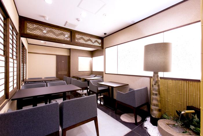 越中富山や福岡の職人が組んだ組子が美しい店内。明るく、清潔感のある店内は居心地の良い空間です。