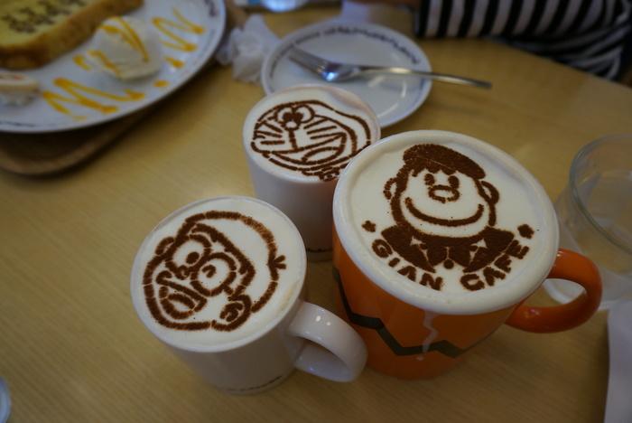 併設のカフェでは、アニメキャラクターのラテアートドリンクが楽しめます。