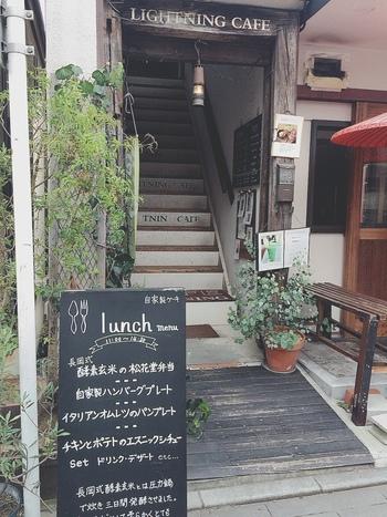 川越のシンボル「時の鐘」の近くにある「lightning Cafe」。2004年のオープン以来、行列のできるカフェとして知られています。グリーンが美しい入口から階段をのぼった2階にお店がありますよ。