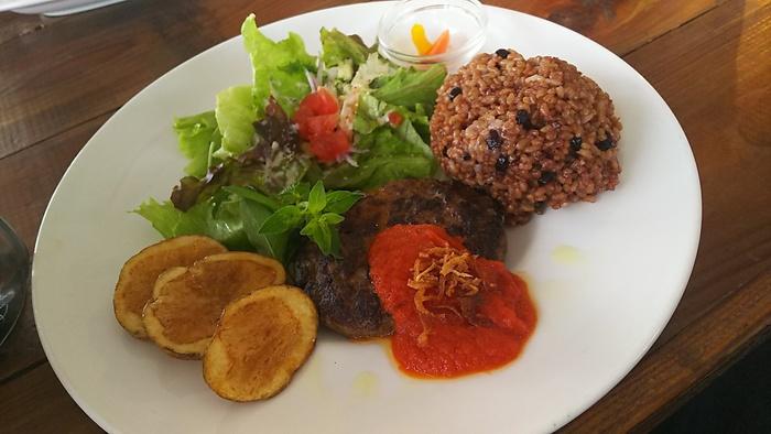 ランチにいただくなら、ハンバーグプレートがおすすめ。オリジナルパテはジューシーでふっくら。自家製トマトソースの酸味との相性も抜群。先ほどご紹介した酵素玄米と一緒に召し上がれ。