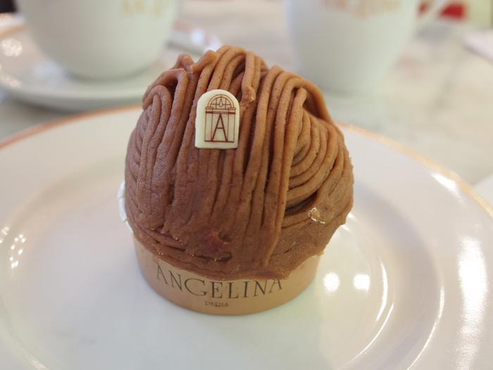 モンブランとはイタリアのお菓子を原型とし、パリの老舗『アンジェリーナ』の看板メニューとして広まったお菓子で、マロンペーストをモンブラン山に似せて重ねたことからこの名前がついたそうです。