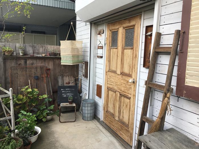 一軒家をリノベーションしたレーネカフェは、西武新宿線本川越駅から車で約10分。駅から少し離れているにも関わらず、連日多くのお客さんが訪れる人気のお店なんです。お友だちのウチを訪ねた時のようなアットホームな外観がステキですね。