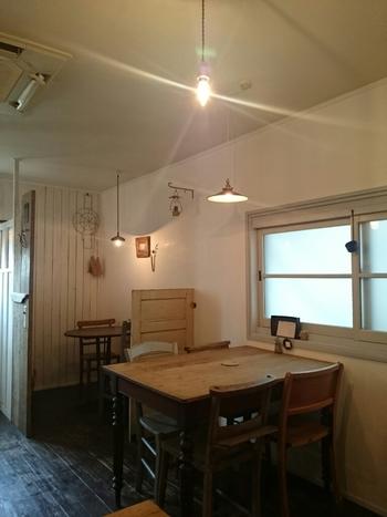店内は外国のおウチのような雰囲気、柔らかなライトの光が落ち着いた空間を演出しています。