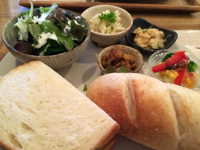「パンのプレート」も人気。自家製パンはふっくら柔らかでもっちりした食感が特徴です。こちらもサラダや小鉢がセットになっていて、体の中から元気になれそうです。
