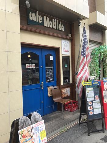 「朝から夜まで楽しめるパンケーキ専門店」がコンセプトのカフェ マチルダ。パンケーキ好きなら一度は訪れたいお店としてSNSでも話題なんですよ。  西武新宿線の本川越駅を出たら、大通り沿いに歩いて約3分。大きな青いドアを見つけたら到着です。