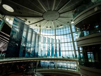 近未来を感じる大胆な空間を持つ、第2ターミナル。時間があるときは写真撮影に出かけるのも楽しそうですね。