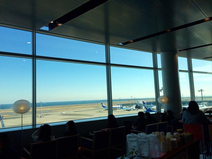 ソファ席に座って、何も考えずにただ飛行機が旅立つのを眺めていると、日々の悩み事も吹き飛んでいくような気がします。