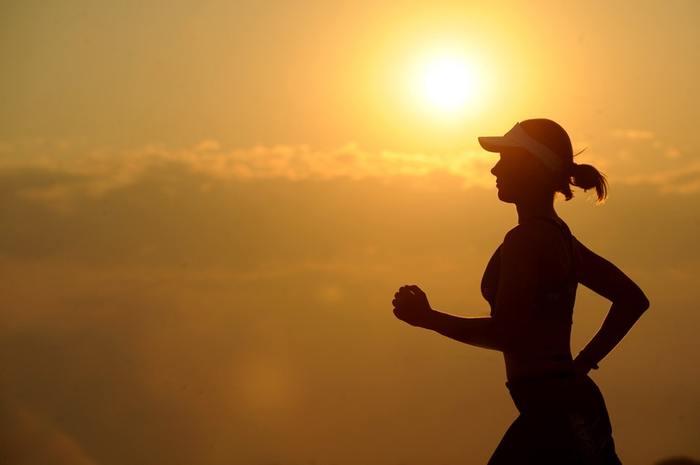"""ランニングをする時には""""吐く息""""に意識を集中させ、呼吸のリズムを感じながら走りましょう。ランニングに慣れてきたらウォーキングと同じように、周りの景色や体の動きにも意識を向けます。四季の変化や心地よい風を感じながら「今、この瞬間」に集中することで、徐々に自分の感性も研ぎ澄まされていくそうです。"""