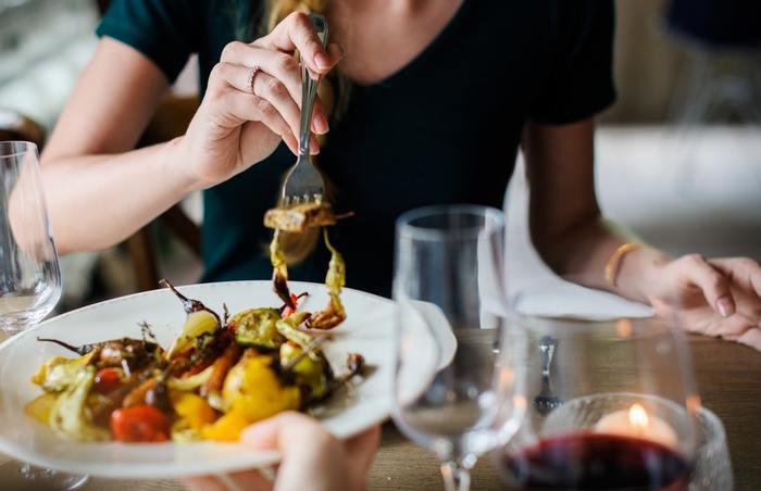 """はじめに「料理」の実践方法をご紹介しましたが、実は「食事」もマインドフルネスに有効なエクササイズだと言われています。普段、私たちが食事をする時には、テレビをつけていたり家族や友人と会話をしていたりして、""""食べる""""行為だけに集中するということはありませんよね?そんな毎日の食事も一つ一つに意識を向けることで、マインドフルネスのトレーニングができるそうです。"""