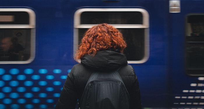 忙しいビジネスパーソンの間でじわじわ浸透しているのが、「通勤電車」のエクササイズです。10分程度の短い時間でも、心も頭もリフレッシュできるそうですよ。電車に乗り込んだら、まずは自分がリラックスできるスペースを確保します。あまりにもギュウギュウ詰めの満員電車では難しいですが、隣の人と肩がぶつからない程度なら立った状態でも実践できます。立っている時はつり革やバーにつかまって体を安定させ、自分の呼吸に意識を集中させます。移動中のちょっとした隙間時間を使って、ぜひ試してみてくださいね。