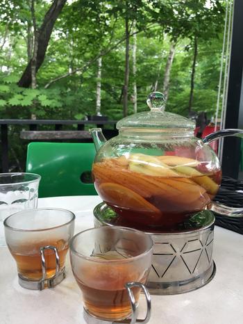 施設内のレストランで、ぜひ注文したいのが「フルーツティー」。6~7種類のフルーツが入った紅茶は、1杯ごとに味が変わる八ヶ岳倶楽部オープン以来の自慢の味。このフルーツティーを飲むために、遠方からはるばる訪れるファンもいるんだとか。  森に囲まれたレストランでいただく極上のフルーツティーは、清里女子旅の良い思い出になりそうです。