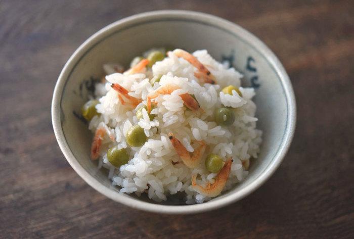 春にとくに人気のえんどう豆の豆ごはんに、桜えびをプラスし、彩りだけでなく深みのある味わいの豆ご飯に。豆ご飯が食べたくなったら、今度は桜えびを加えて試してみてはいかがでしょうか。