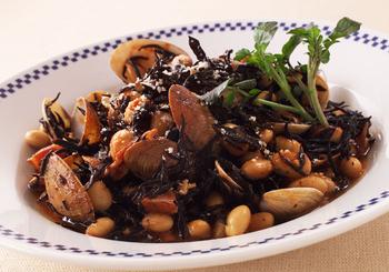 大豆とひじきというと和風のお惣菜によく使用されますが、こちらはトマト、コンソメ、白ワインなどを使用し、ベーコンも入り、洋風の味付けになっています。たまには大豆を洋食の副菜として登場させてみてはいかがでしょうか。