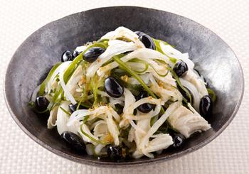 黒豆の甘煮が余ったら、切り昆布や野菜とまぜて簡単サラダにするのも◎。味も見た目も◎のサラダがあっという間にできるうえに、おうちにある材料でアレンジできるので、覚えておくととっても便利です。