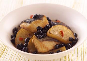 たくさん、きれいな黒豆の甘煮が作れたら、それをアレンジして、いつものお料理をさらに美味しく華やかにしませんか?こちらは冬にとくに人気のあるおかず、ブリ大根。黒豆を加えて赤唐辛子を散らせば、さらに華やかなおもてなし料理に。黒豆の甘さが、ブリ大根をより美味しく引き立ててくれます。