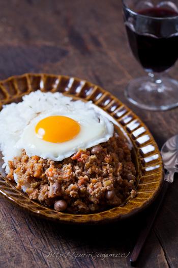 豆とカレーって相性も良く、ボリュームもアップするのでダイエットにもなりそう。目玉焼きを乗せるだけで見た目もカフェ飯風になり、休日のブランチにも使えそう。
