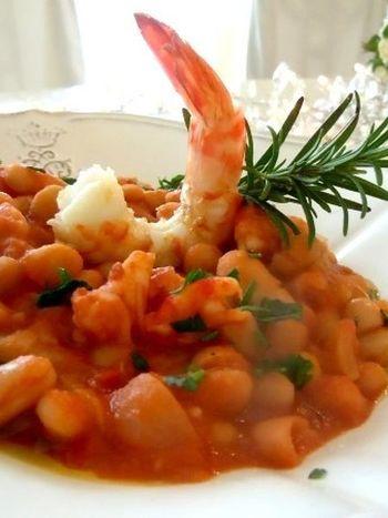 エビの殻と頭でとった出汁とトマトと白ワインで煮るエビと白いんげん豆のトマト煮。トマトとエビの旨みを吸い込んだ白いんげんの美味しさにやみつきになりそう。盛りつけも工夫すれば立派なおもてなし料理として活躍してくれます。