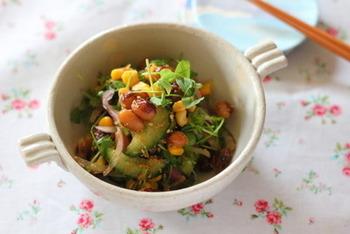 とら豆、豆苗、野菜など栄養もたっぷりで、コーンの黄色、豆苗やきゅうりの緑などの見た目も美しい中華風サラダ。白ごまやごま油の風味もよく、さっぱり美味しくいただけます。