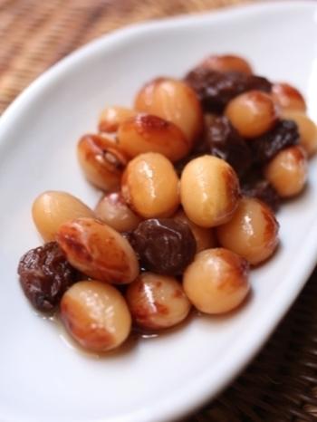 前夜にとら豆をお水につけておけば翌日、圧力鍋で手早く作れる、とら豆の甘煮 ラムレーズン風味。とら豆、水、はちみつ、ラムレーズンだけでシンプルに美味しく簡単に作れるうえに、洋風のおしゃれな仕上がりになるので、ワインのおつまみにも良いかも。