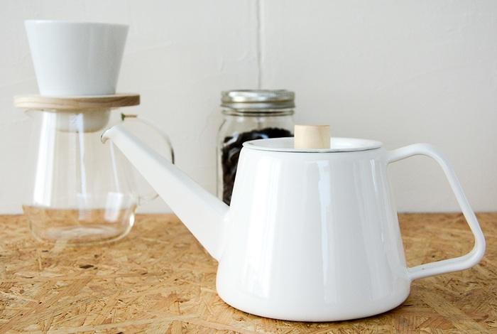 美味しいコーヒーを淹れるのにかかせない道具、ドリップケトル。「kaico」の琺瑯製ケトルは、耐久性も保温性も抜群です。しかもこのポット、注ぐ際の傾きを変えるだけでコーヒードリップポットのような細い注ぎも、普通のケトルのような太い注ぎも出来る優れもの◎!細かい調整ができるので、コーヒーの淹れ方にこだわりたい人には特におすすめです。