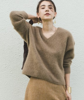女性らしい柔らかなアンゴラニットには、ふんわりとした中にも凛とした強さを感じさせる、ショートボブのカールヘアがぴったり。
