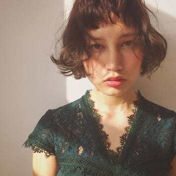 短めに切りそろえた前髪は、強い意思を強調。丸みのあるシルエットが女性らしい優しさを生み出します。