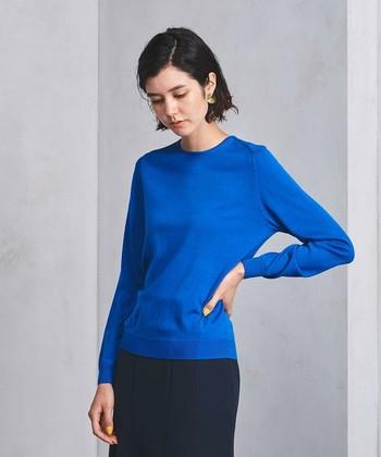 重くなりがちな寒い季節のコーディネートに、鮮やかな差し色で華やかさを。カラーニットには、軽やかなニュアンスのカールヘアで、女性らしさと華やかさを。