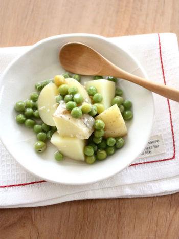 味付けは塩麹だけと、シンプルなのに美味しい簡単レシピは、えんどう豆でなくグリーンピースでも作れるので覚えておくとパパッと手早く作れるうえに、グリーンの見た目もさわやかで副菜としてもしっかり活躍してくれます。