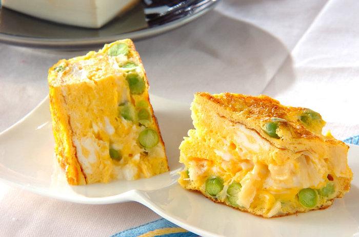 いつもの卵焼きにえんどう豆を加えるだけで、えんどう豆の緑と卵の黄色の対比が美しい卵焼きに。これ一品で朝の食卓をさわやかに華やかに演出してくれそう。
