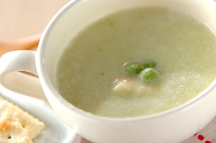 えんどう豆のやさしい甘さが美味しいスープは、豆が苦手な子供にもおすすめ♪ジャガイモ、玉ねぎも入ったスープはお夜食にも良さそう。
