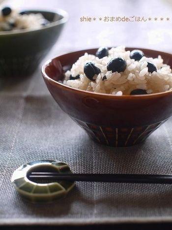 同じく、黒豆の甘煮が余ったら、黒豆と酒、塩でシンプルな炊き込みご飯を作ってみませんか?黒豆の煮汁を少し加えることで、ご飯がほんのり甘くなり、塩気が引き立つだけでなく見た目も薄紅色の上品な仕上がりになります。