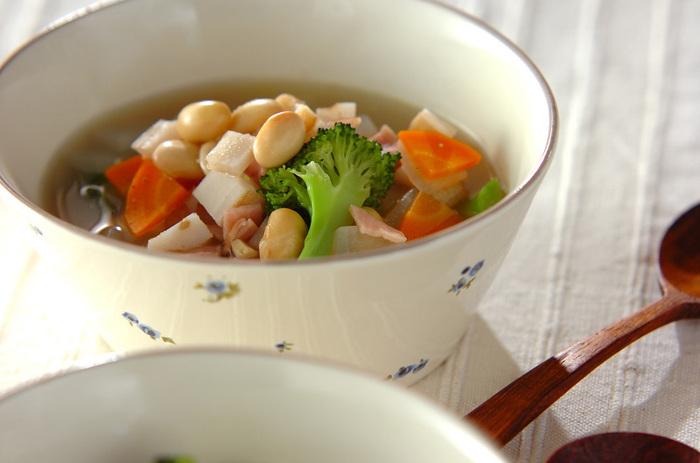 こちらもコンソメを使用し、大豆と大根、ニンジン、ブロッコリーなどの野菜と一緒に煮た身体も心もポカポカになりそうなスープ。お夜食や寒い日の朝にとくに嬉しい栄養たっぷりのスープです。