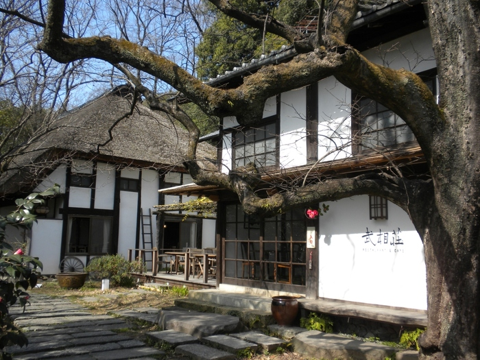 小田急線鶴川駅から徒歩15分、随筆家・白洲正子と実業家・白洲次郎が移り住み、生涯を通して愛した家「武相荘」。