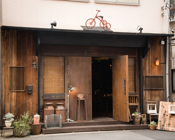 JR川越駅前の賑やかな通りを歩いて約3分、アンティーク風な外観のお店がtricycle cafe。屋根の三輪車が目印です。