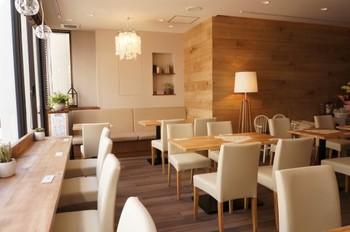 西武新宿線の本川越駅から歩いて約3分。ビルの2階にあるBEIGE CAFEは、明るく開放的な雰囲気のカフェです。白い椅子と家具、木のカウンターやテーブルはナチュラルな雰囲気で気持ちがなごみそう。