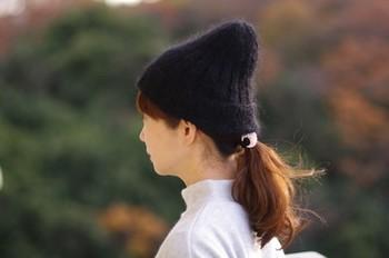 カラーは、ブラック、グレー、ホワイト、ベージュなどベーシックな展開。優しい表情は、ワンピースやスカートスタイルなどにも合いそうですね。