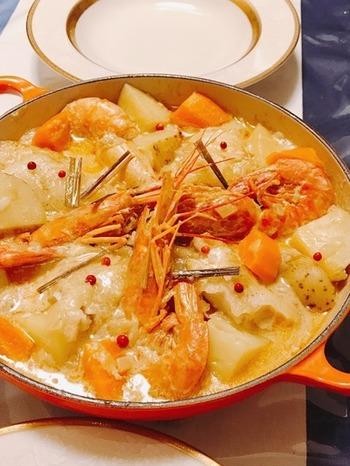 鱈は片栗粉をまぶして焼いて、旨味をしっかり閉じこめてから煮込みましょう。ココナッツミルクと豆乳に魚介の美味しさがたっぷりのスープはまろやかで、ゴクゴク飲める美味しさです。