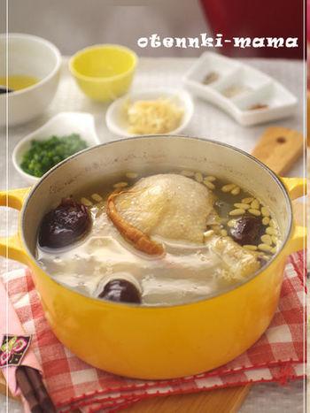 鶏肉は骨付きを使うと旨味がスープに溶けだして、コラーゲンもたっぷり。鶏肉の美味しさを引き立てるため、味付けはシンプルにしているので、鶏肉の美味しさを存分に味わえますよ。