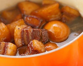 紹興酒やコーラを使ってコクを引き出し、お店のような本格的な味わいに。名前の通り、弱火でコトコトと煮込んで豚肉と卵にしっかりと味を染み込ませます。煮汁をたっぷりと吸った豚肉は、トロトロで旨味が口いっぱいに広がります。