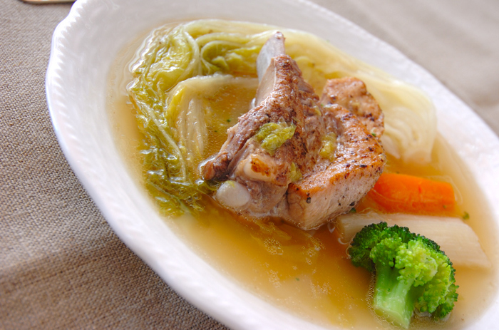 弱火でじっくり煮込んで豚肉と野菜の美味しさを最大限に引き出します。大きめのスペアリブを使ったらボリューム満点で、豚肉の旨味が野菜にしっかりと染み込んで格別の美味しさ。