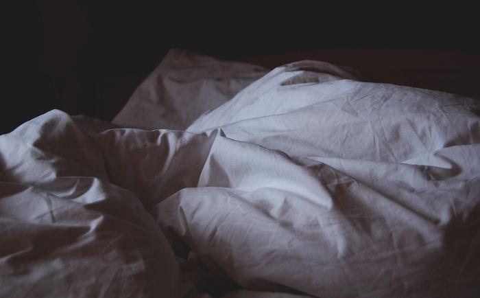 """肌質を改善するためには、新しい細胞へ再生していかなくてはいけません。お肌のターンオーバーは寝ている間に起こっているので、十分な睡眠が必要なんです。深い""""レム睡眠""""の間にのみ、ターンオーバーを促す成長ホルモンは分泌しています。特にお肌のゴールデンタイムといわれている22時~2時には、熟睡できているよう心掛けましょう。"""